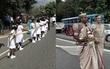 Bắt 250 em nhỏ bỏ học cầm đuôi váy cưới dài 3,2 km, cô dâu bị cảnh sát điều tra vì vi phạm quyền trẻ em