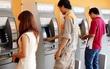 Cô gái đi xe máy truy đuổi kẻ lừa tiền tại cây ATM