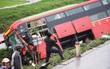 Tai nạn liên hoàn, xe khách chở 20 người văng xuống ruộng