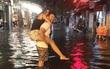Khách Tây lội nước bì bõm trên phố Tạ Hiện sau trận mưa lớn ở Hà Nội