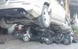 Xế hộp mất lái lao thẳng lên vỉa hè đè bẹp hơn chục xe máy, nhiều người hoảng sợ