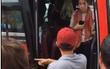 Sa thải phụ xe quát mắng, ném ba lô và đuổi khách nước ngoài xuống giữa đường ở Nha Trang