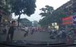 """Xôn xao clip người đàn ông chặn đầu xe ô tô, nghi """"xin đểu"""" giữa phố Hà Nội"""