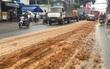 Xe ben làm rơi hàng tấn đất cát xuống đường rồi biến mất ở Sài Gòn