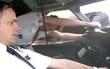 Khoảnh khắc phi công bị hút khỏi cửa sổ máy bay