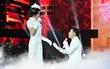 """Quang Hà quỳ gối """"cầu hôn"""" Hoài Linh ngay trên sân khấu."""