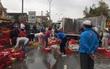 Dân nhặt 2 tấn cá giữa quốc lộ lên xe giúp tài xế