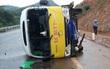 Xe buýt mất lái lật giữa đường, 6 người nguy kịch