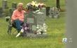Suốt 7 năm trời, người chồng đều đặn đến viếng thăm mộ vợ mỗi ngày chỉ vì một lý do