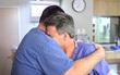 Ông bố ôm chặt bác sĩ và khóc: Bức ảnh gây sốt và câu chuyện cảm động phía sau