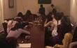 Tiếp viên mặc áo dài cho khách trong phòng karaoke lựa chọn