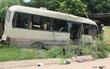 Xe khách va chạm xe tải rồi lao lên vệ đường, 24 người bị thương