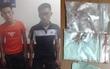 Hà Nội: 2 nam thanh niên vừa chạy vừa ném ma túy xuống đường