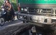 Người đi xe máy ngã nhào vì dầu nhớt từ xe ben