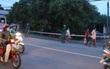 Người đàn ông gục chết bên cạnh chiếc xe máy