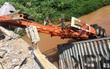 Gia Lai: Container lao xuống sông, tài xế tử nạn trong cabin bẹp dúm