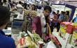 Ứng phó trước bão số 14: Người dân Nha Trang ùn ùn đến siêu thị mua thức ăn