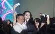 """Vừa đáp máy bay trở về từ """"Love Songs"""" Hà Nội, Hà Hồ đang biểu diễn phải tạm ngưng vì bị fan vây kín"""