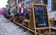 Lạ lùng nhiều vị khách cả Tây lẫn Ta vô tư ngồi giữa đường tàu ở Hà Nội để uống cà phê, chụp ảnh kỉ niệm