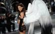 """Bỏ theo dõi Instagram của Victoria's Secret cùng hàng loạt thiên thần, """"chị Đại"""" Adriana Lima ẩn ý việc rời hãng?"""