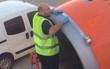 Tại sao ông chú này lại dùng băng dính để dán máy bay? Làm vậy có nguy hiểm không?