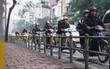 """Hà Nội lắp barie ngăn xe máy """"tràn"""" lên vỉa hè, giờ tan tầm nhiều phương tiện vẫn lao vun vút"""