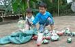 Cha mẹ bỏ rơi từ thuở lọt lòng, hai đứa trẻ ngày ngày đi nhặt phế liệu kiếm sống, gặp ai cũng cho bế và gọi mẹ
