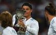 Ronaldo đeo đồng hồ, nhẫn nạm kim cương khi nâng Siêu Cúp