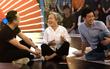 Trấn Thành - Trường Giang ngồi bệt giữa sàn với cụ bà 73 tuổi đi thi hài