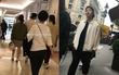 Gần ngày cưới, Song Joong Ki và Song Hye Kyo tay trong tay tình tứ đi mua sắm tại Paris