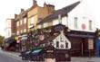 Chàng họa sĩ lang thang khắp London để cắt dán những quán rượu cổ kính