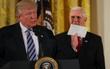Tổng thống Donald Trump khoe bức thư bí mật mà ông Obama để lại cho mình tại Nhà Trắng