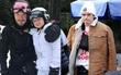 Harper Beckham đáng yêu như thỏ trắng chơi trượt tuyết, Brooklyn bị gãy xương đòn