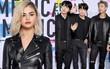 """Thảm đỏ AMA 2017: Selena Gomez nhuộm tóc vàng """"chất chơi"""", BTS xuất hiện điển trai cùng dàn sao quốc tế"""