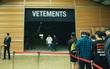 """Vetements: Cái tên khiến bạn có muốn bỏ ra cả chục triệu mua áo """"công nhân"""" thì cũng chẳng còn hàng để bán!"""