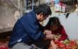 Người bố hơn 3 năm quên Tết, mải miết chạy xe ôm và gánh hàng phở để kiếm tiền chữa bệnh cho con gái