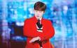 Chuẩn bị diễn thì nhạc tắt, iKON không nao núng... hát luôn bài khác