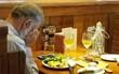 Nghẹn ngào bức ảnh người đàn ông bật khóc bên bàn tiệc Valentine, đối diện là bình tro cốt của người vợ quá cố