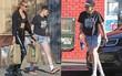 Kristen Stewart khoe chân nuột nà, vẫn hẹn hò với bạn gái sau khi đi bar cùng Robert