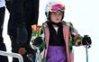 Công chúa nhỏ Harper Beckham diện đồ cực xinh trổ tài trượt tuyết cùng bố và anh trai