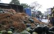 Đà Nẵng: Xe tải chở hàng tấn dưa hấu bị lật, người dân thu gom giúp tài xế