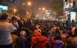 Hàng nghìn người đứng trên cầu vượt Ngã tư Sở vái vọng vì không chen vào được Tổ đình Phúc Khánh ngày giải hạn