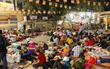 Tây Ninh: Đến cổng chùa Bà, người dân vẫn vô tư ăn uống, xả rác bừa bãi rồi trải chiếu ngủ la liệt đợi trời sáng