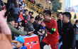 Ca sĩ Tuấn Hưng và diễn viên Việt Anh quyên góp được hơn 100 triệu ủng hộ thủ môn U23 Việt Nam có mẹ ung thư
