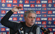 Mourinho trả lời 1 câu hỏi ngắn trong 12 phút, khiến truyền thông Anh choáng