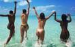 Kendall Jenner, Bella Hadid cùng hội bạn gái cởi phăng áo, để ngực trần đi tắm biển
