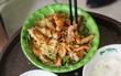 Hàng chè nổi tiếng ở Hà Nội có khách ùn ùn kéo đến nhưng lại để ăn... món khác