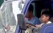 Công an triệu tập tài xế cho bé trai lái xe tải lên làm việc