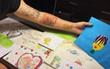 """Ông bố Việt dùng chính cơ thể mình làm """"bảo tàng"""", xăm lại tất cả tranh vẽ của con gái nhỏ"""