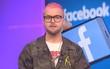 """Thanh niên cool ngầu nổi loạn này chính là người đang một mình đối đầu để """"bóc phốt"""" Facebook"""